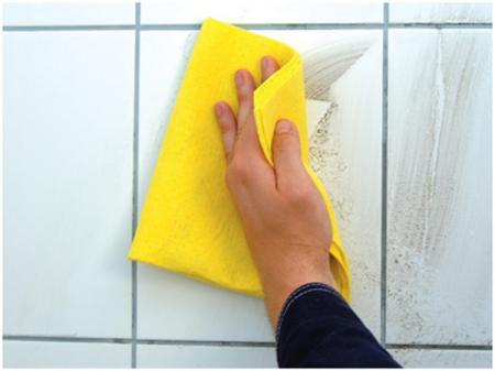 Заключительный этап: протираем поверхность плитки